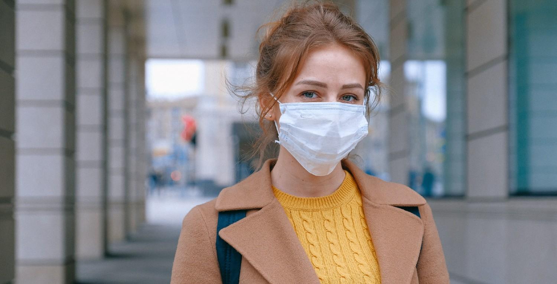 Mujer con mascarilla por la calle