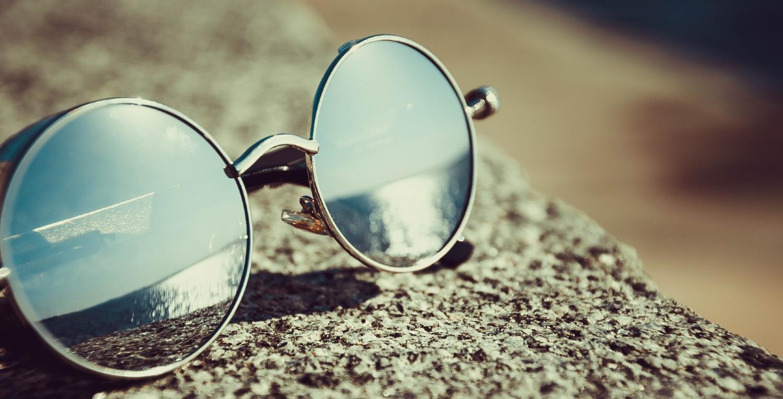 Gafas de sol sobre un poyete
