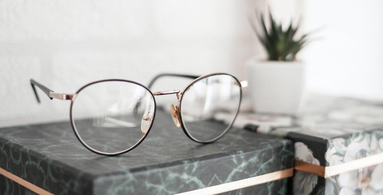 Gafas sobre caja de mármol