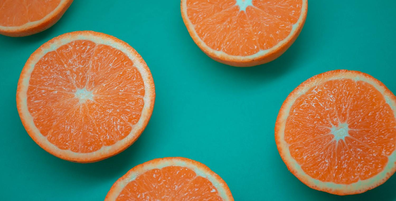 Naranjas sobre fondo azul