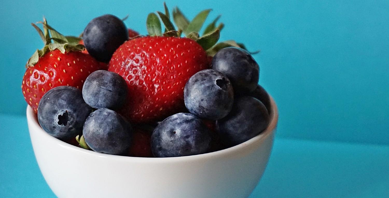 Bol de fruta con arándanos y fresas