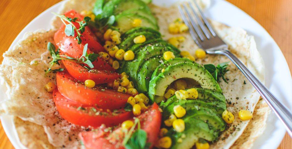 Plato con tomate, aguacate y maíz