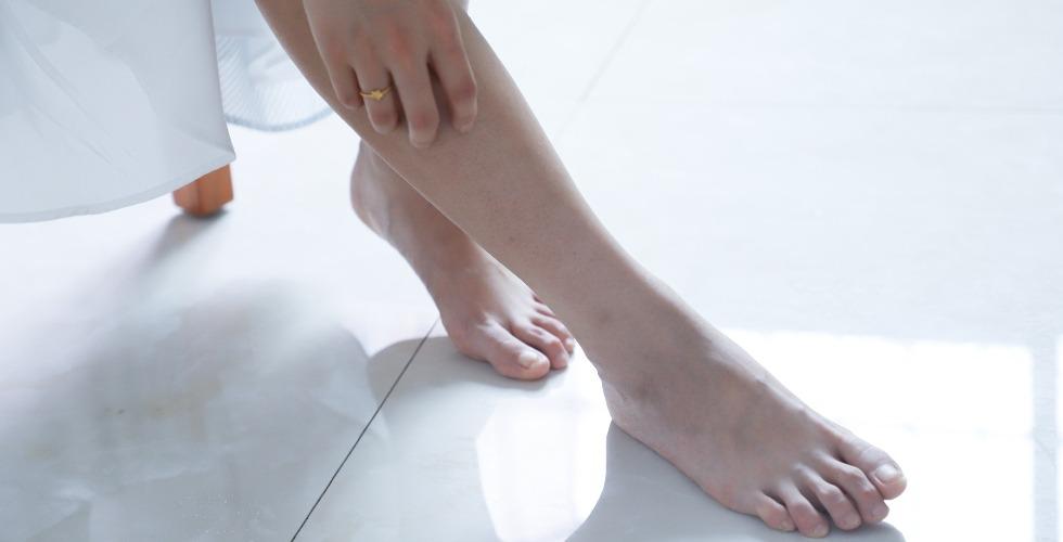 Una mujer se toca una de sus piernas