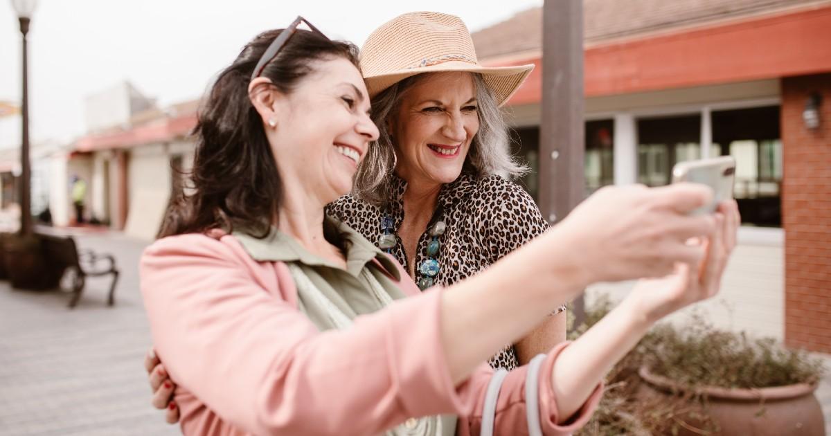 Dos mujeres se hacen un selfie