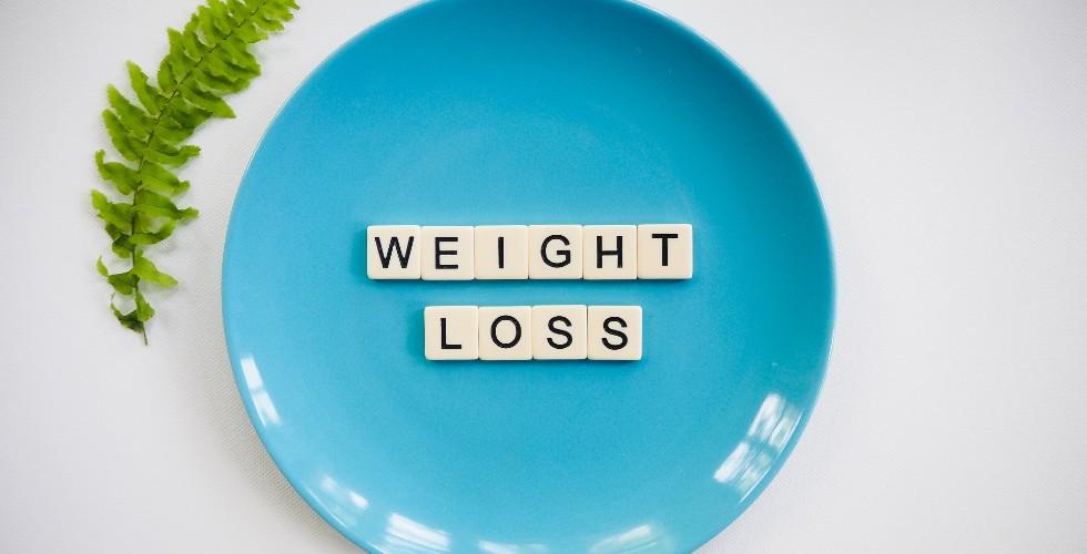 Plato azul con letras en inglés que ponen perder peso
