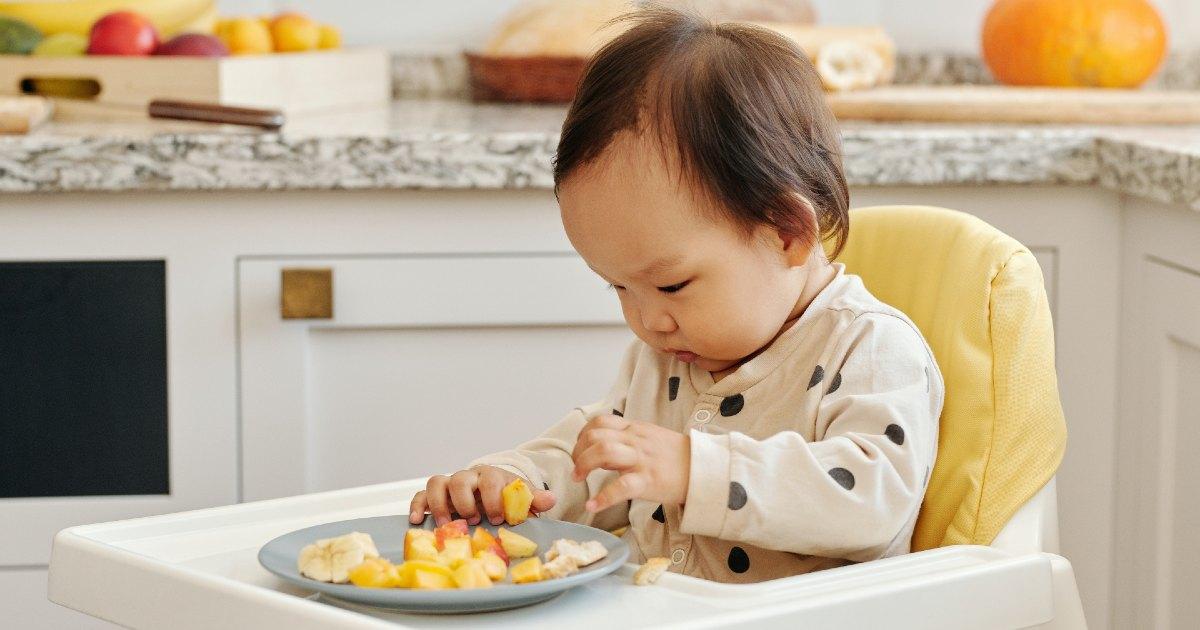 Bebé comiendo en su trona